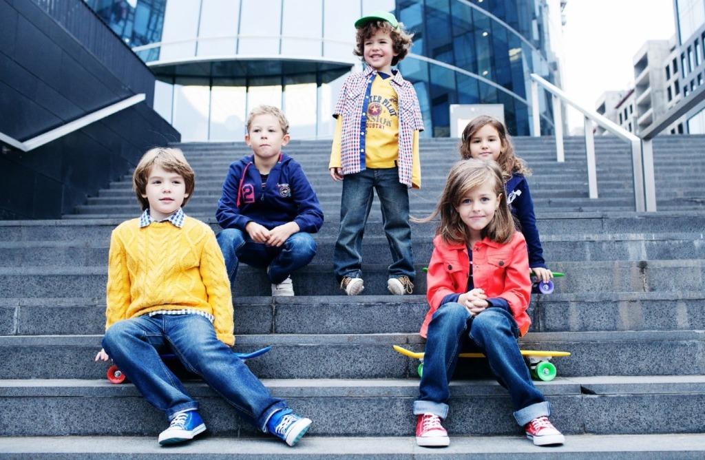 Повседневная одежда для детей: модный джинсы