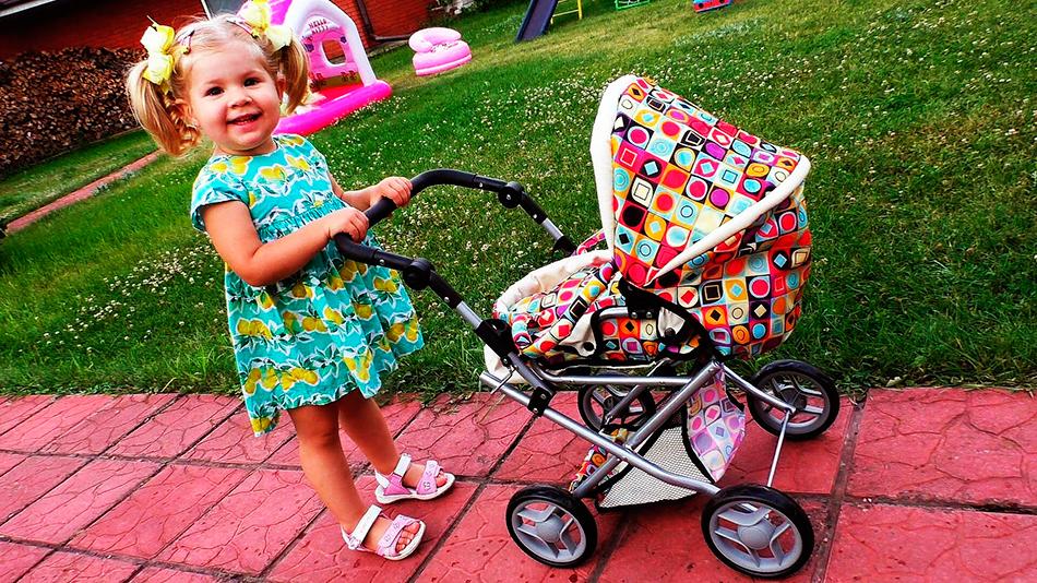 Ребенок и детская коляска: прогулка во дворе