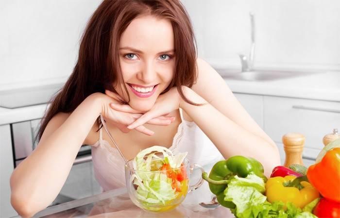 Дівчина сидить на дієті, щоб позбутися від лупи