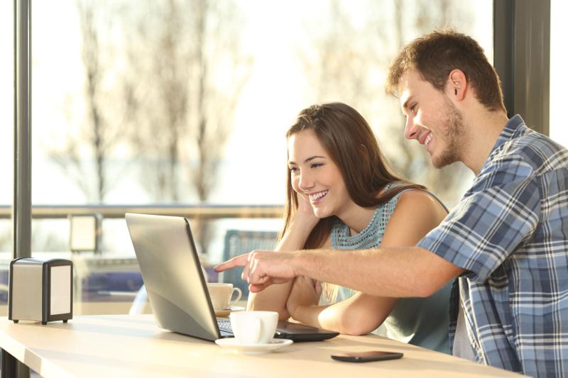 Парень и девушка за компьютером