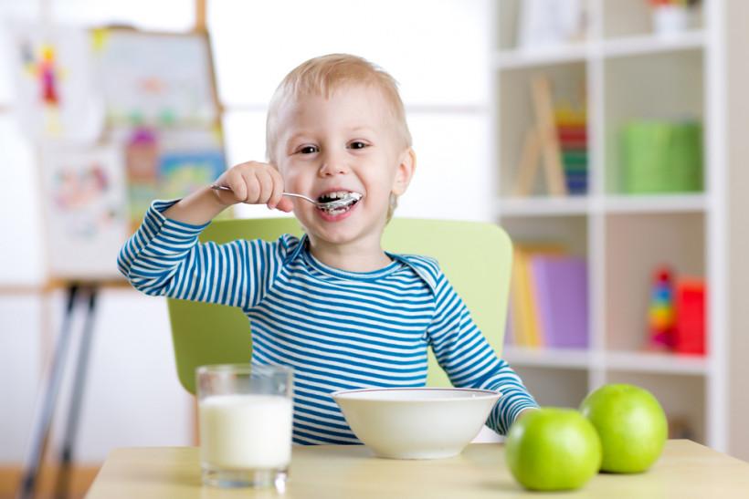 Хлопчик смакує домашній йогурт з італійської закваски
