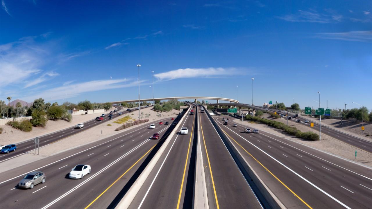 Качественные американские дороги: поток автомобилей