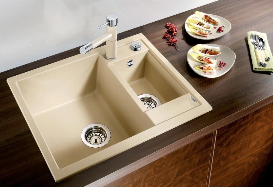 Керамічна мийка у інтер'єрі просторої кухні