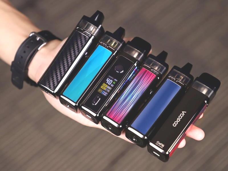 Электронные сигареты (вейпы) в руке мужчины