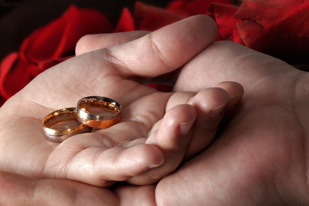 Свадебные кольца в руках