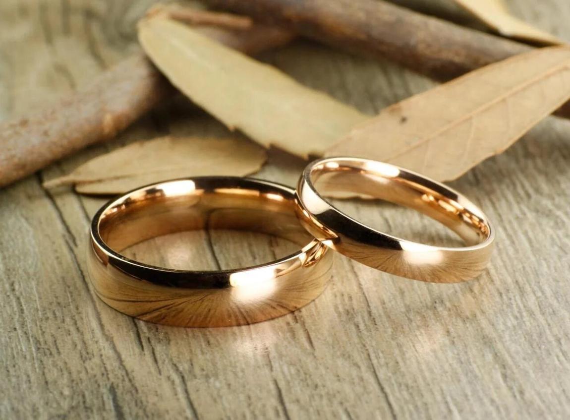 Свадебные кольца на столе