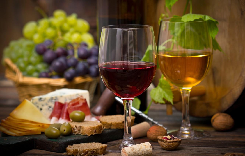 Охлажденные сладкие вина на столе
