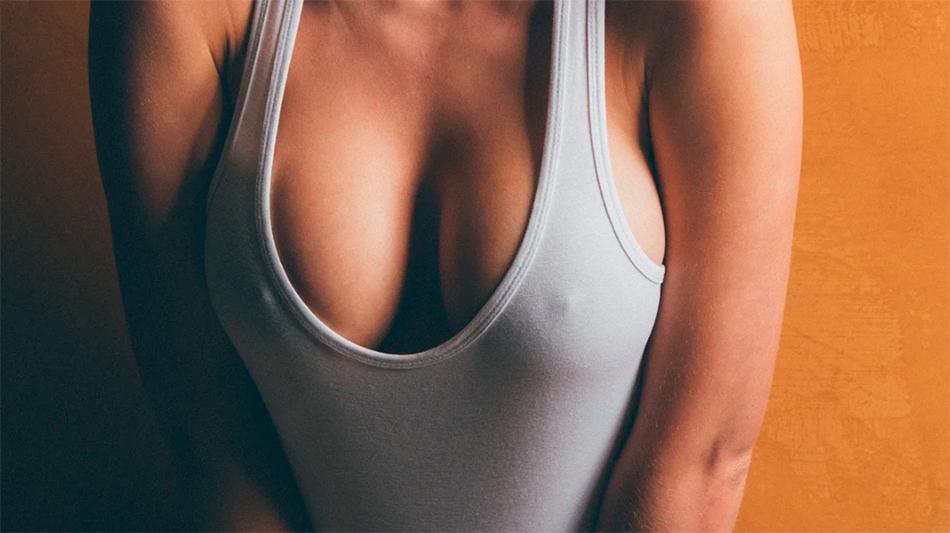 Упругая грудь девушки после проведения