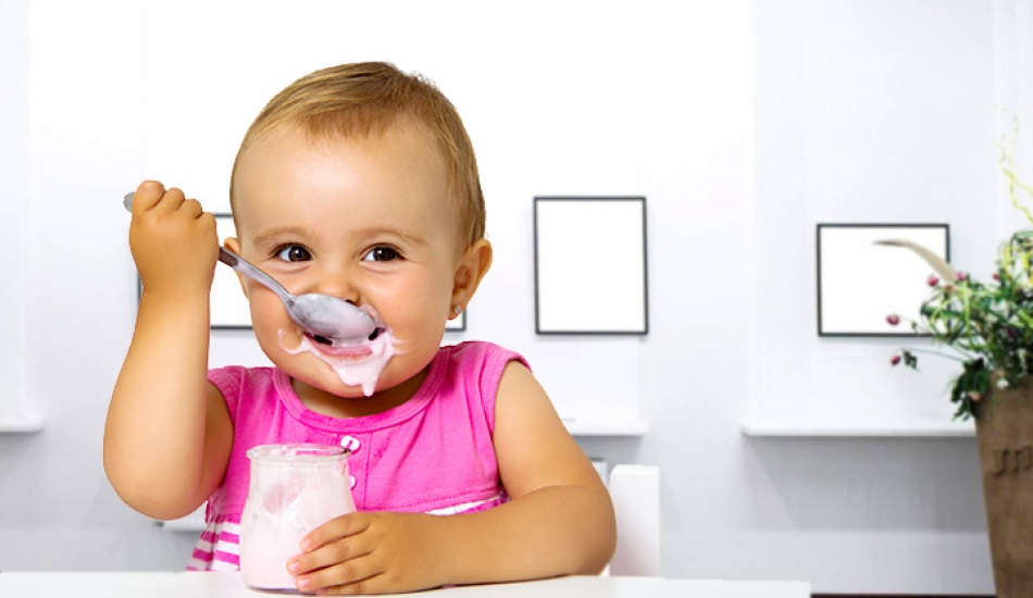 Маленький хлопчик ласує корисним йогуртом