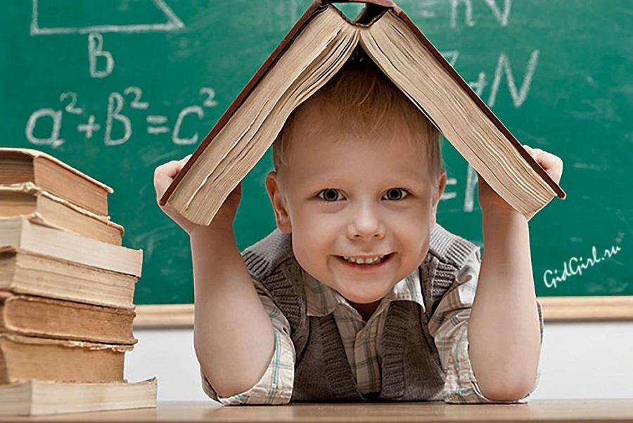 Щасливий першокласник за навчанням