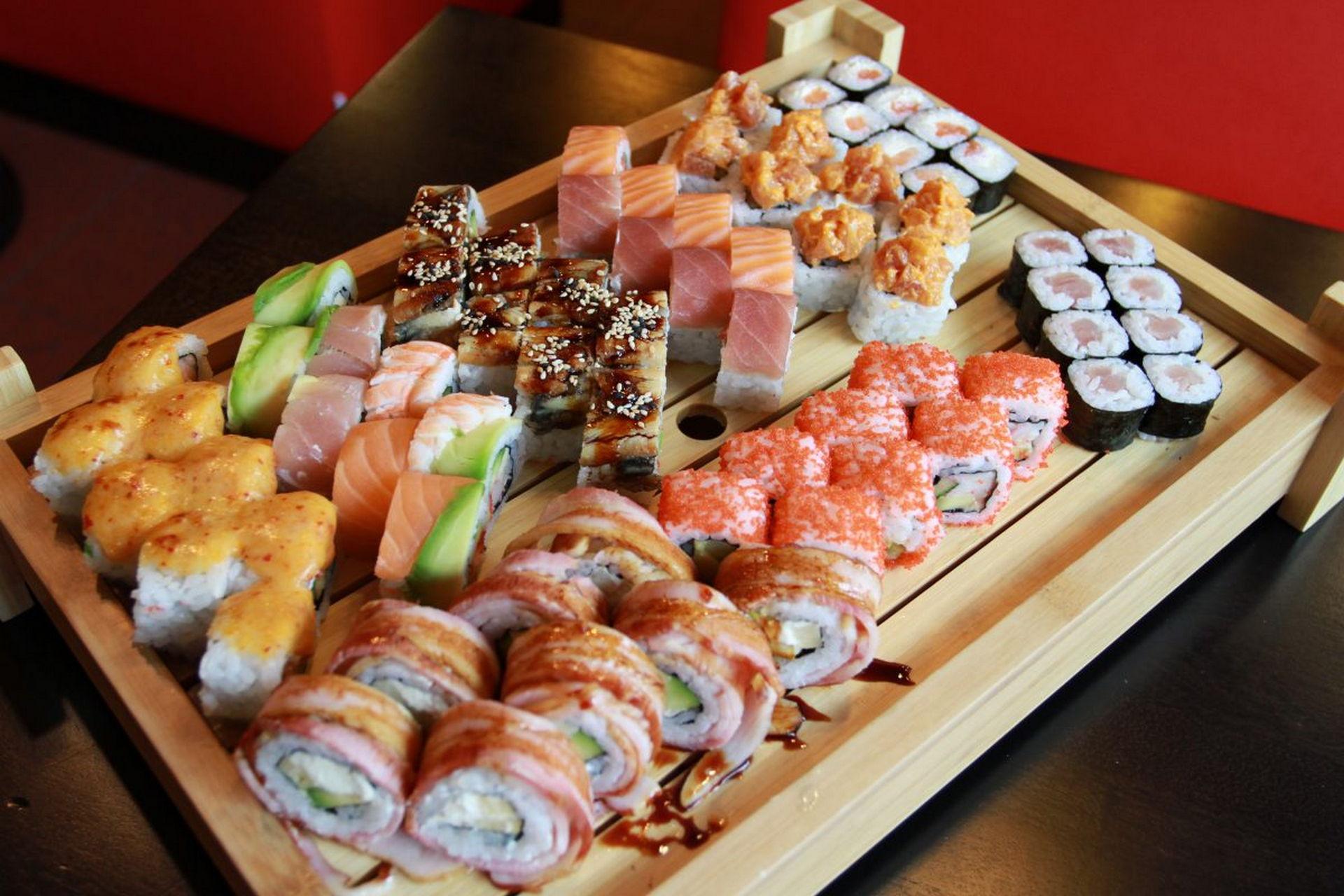Сказочно-вкусные роллы и суши с оригинальной подачей на доске