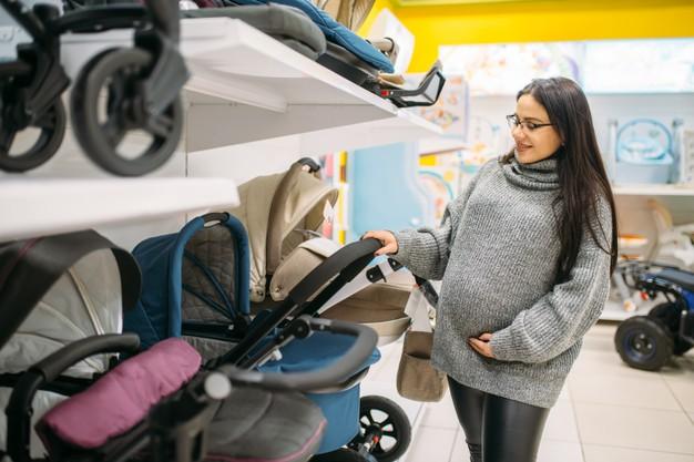 Процесс выбора коляски будущей мамой в магазине