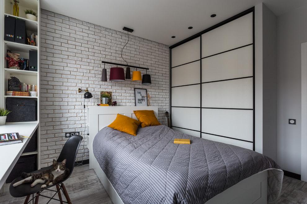 Шкаф-купе в интерьере маленькой спальни