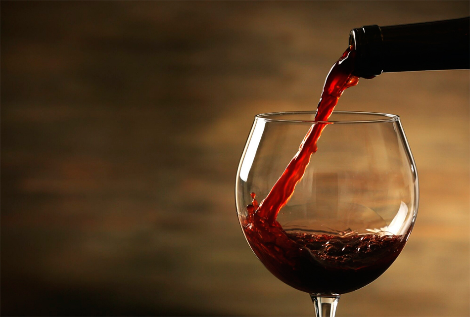Сладкое красное вино в бокале