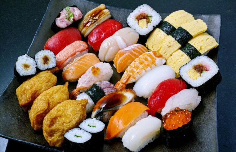 Суши, роллы в одной тарелке