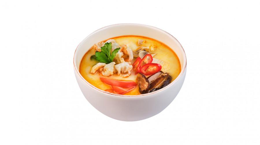 Всемирно известный суп Том Ям с кальмарами и креветками (блюдо поваров «Суши Мастер»)