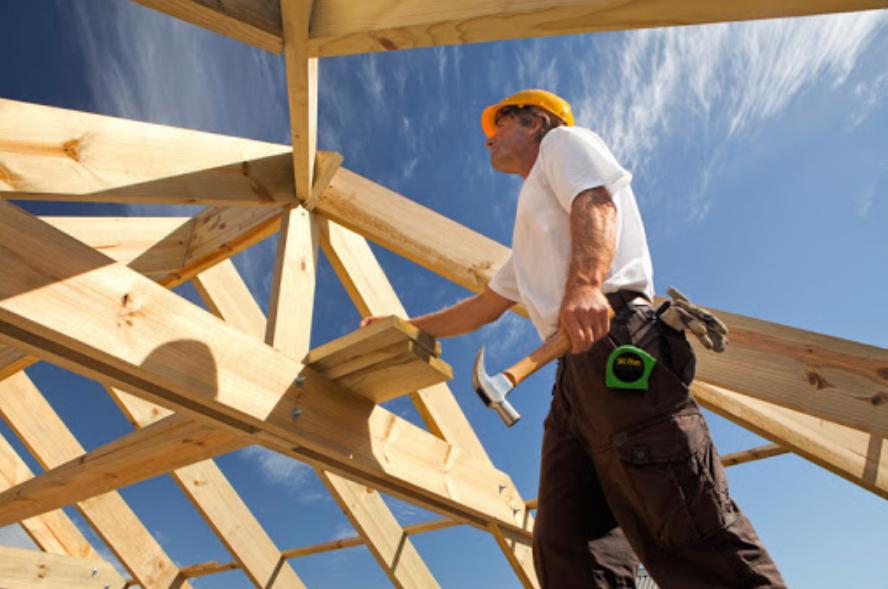 Процесс возведения крыши дома строительной бригадой