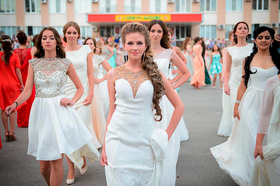 Самые трендовые платья на выпускной 2021: подборка модных фасонов