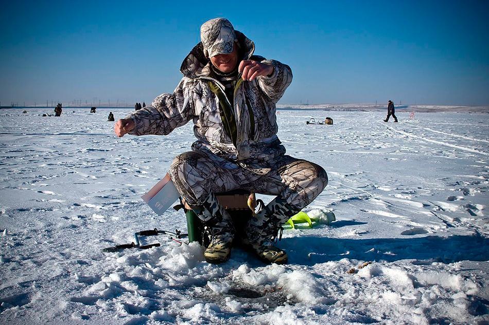 Зимняя рыбалка на большом озере